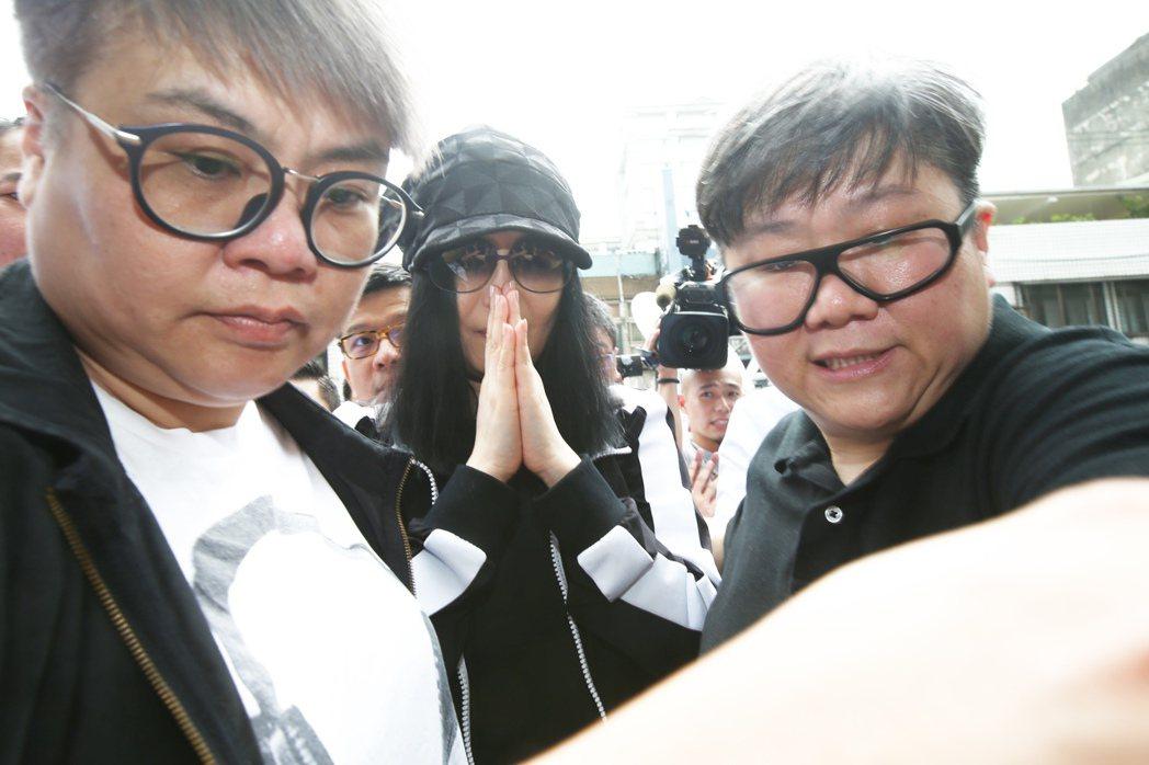 江蕙(中)為弟弟遭強盜案出庭作證,面對大批媒體守候只以「謝謝!大家辛苦了!」回應...