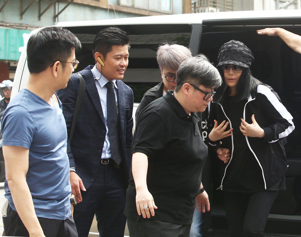 江蕙(右一)在經紀人陳子鴻(左一)與律師趙文銘(左二)陪同下為弟弟遭強盜案出庭作...