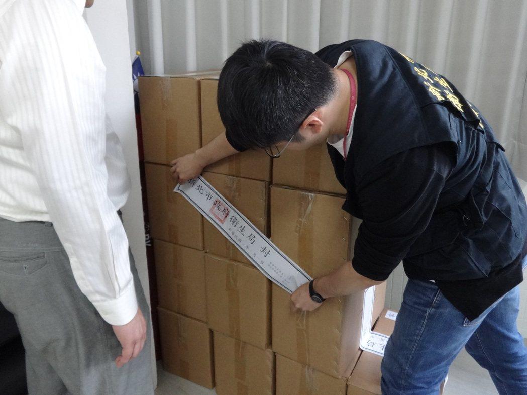 新北市衛生局,在宇碩公司查封8萬多顆即將被包裝的過期藥品。圖╱新北市衛生局提供