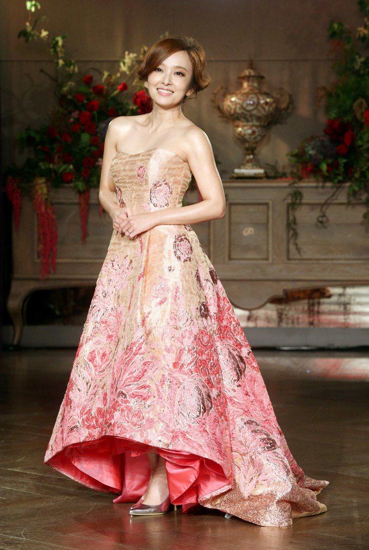 愛紗身穿蘇菲雅創辦人洪品蓁設計的禮服。圖/記者邱德祥攝影