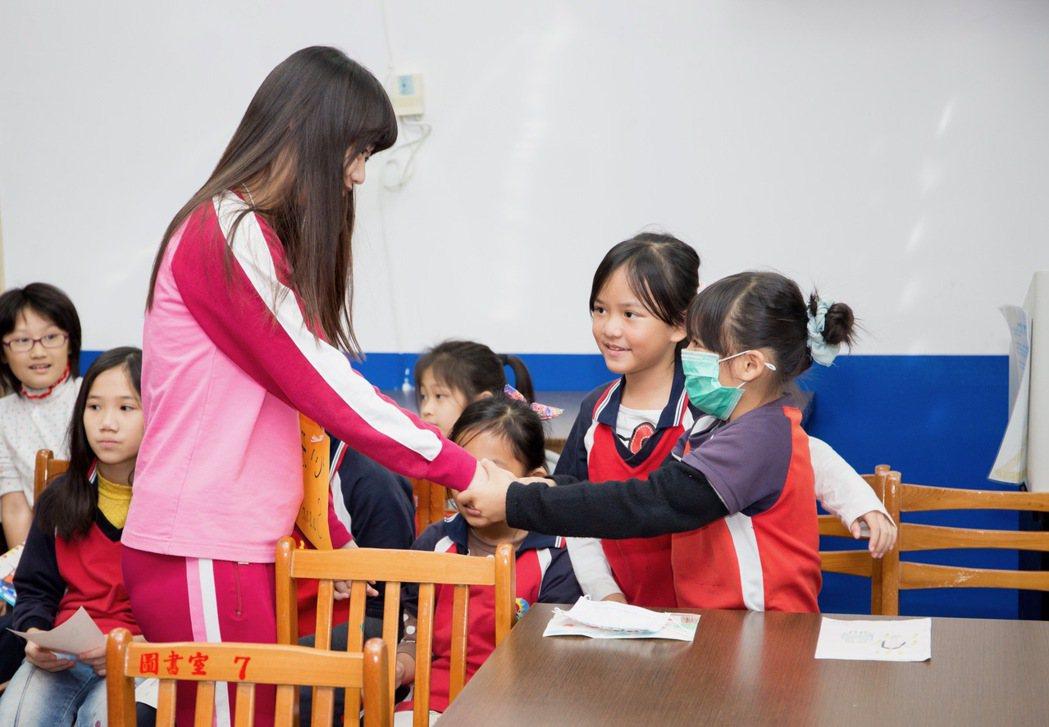 除了每周線上上課,扶輪社也會安排大、小學伴相見歡。圖/扶輪社提供