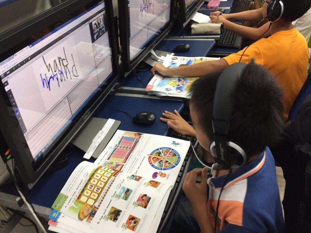 扶輪社提供數硬體和線上教學平台,可以手寫、結合影片教學。圖/扶輪社提供