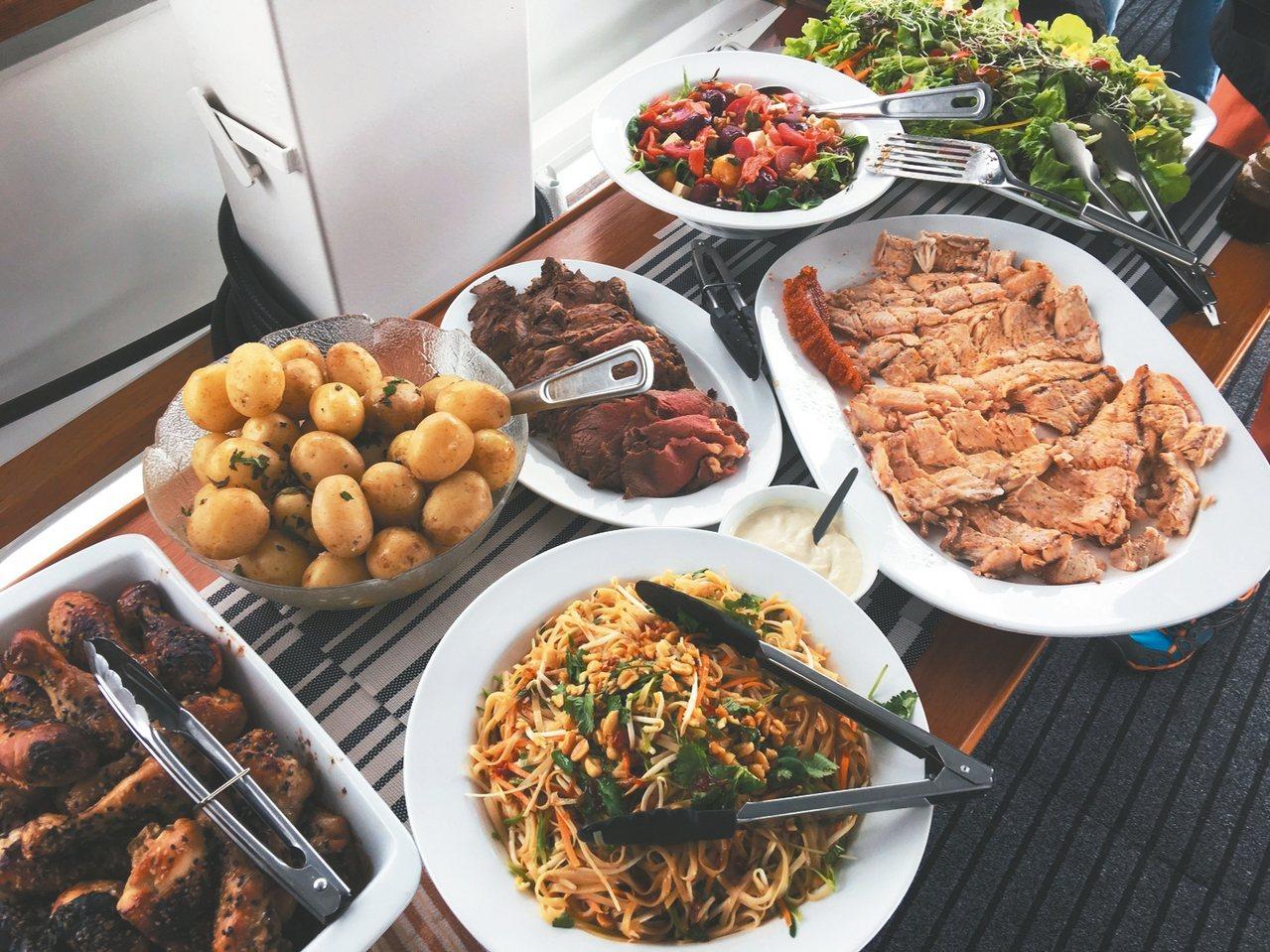 以彩虹鱒魚為主的海上料理。 記者許晉榮/攝影