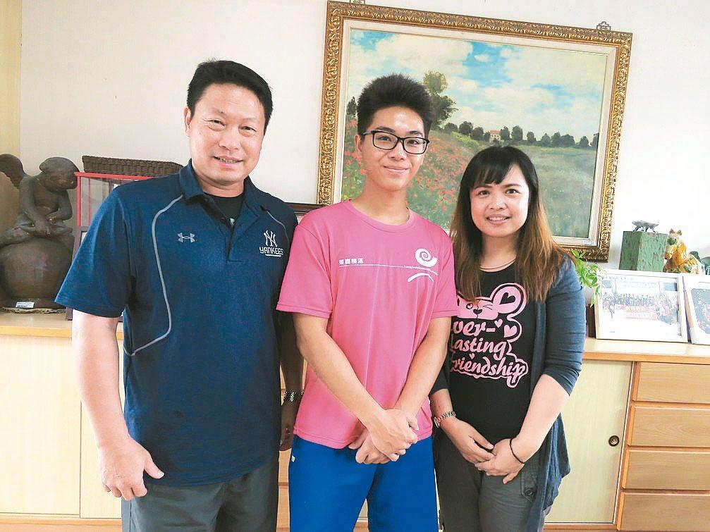 台東高商觀光科三年級學生潘明皓(中)獲總統教育獎,師長讚揚他在逆境中仍知足常樂。...
