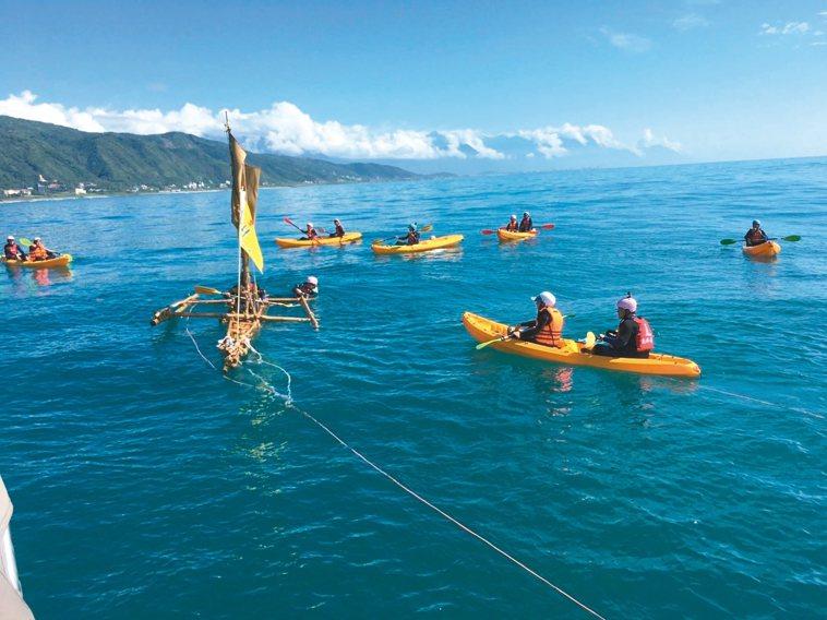 不老水手以2人一組輪流接力划竹筏,預計3天後抵達與那國島,29日回到花蓮。 圖/...