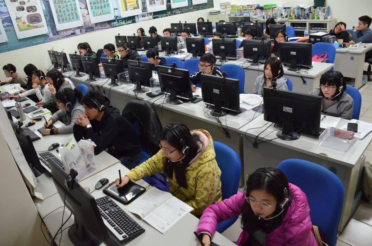 大學生透過網路平台,為偏鄉小學生進行課輔。圖/數位學伴提供