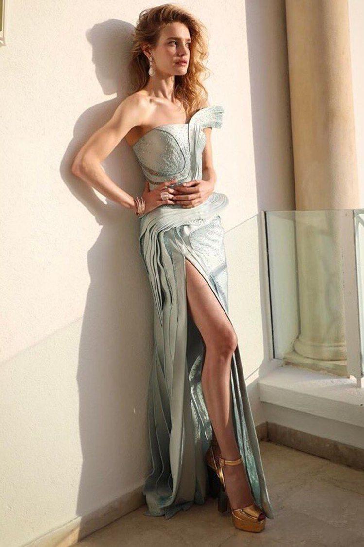 俄羅斯超模娜塔莉亞沃迪安諾娃穿著Atelier Versace 2016秋冬高級...