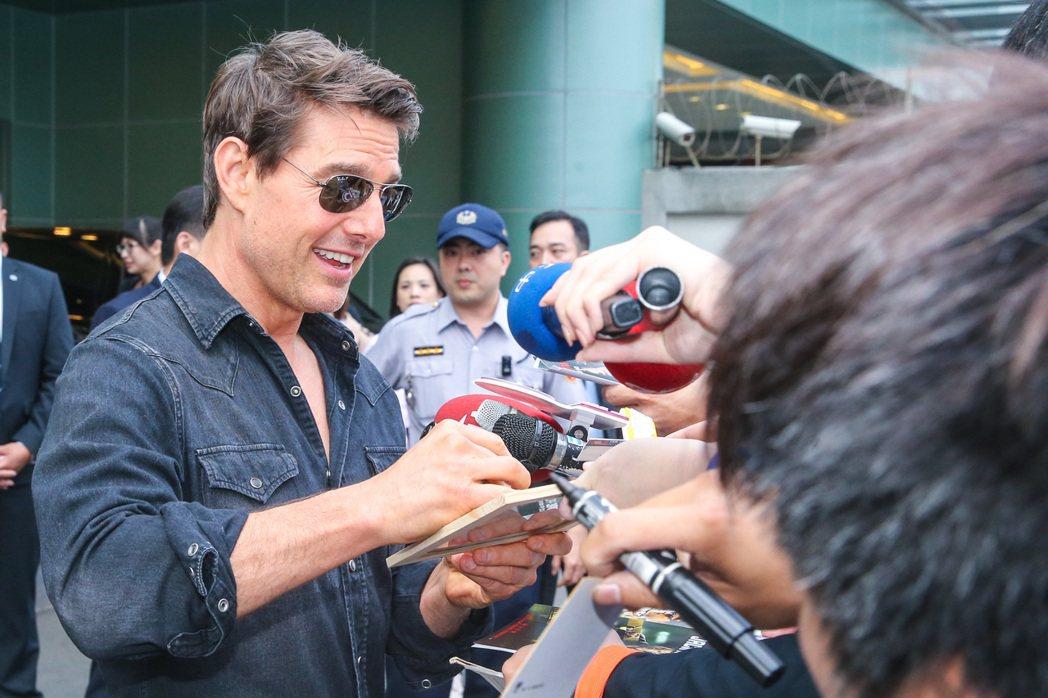 湯姆克魯斯24日清晨抵達台北松山機場,這是他第四次來台,面對熱情粉絲展現親民魅力...