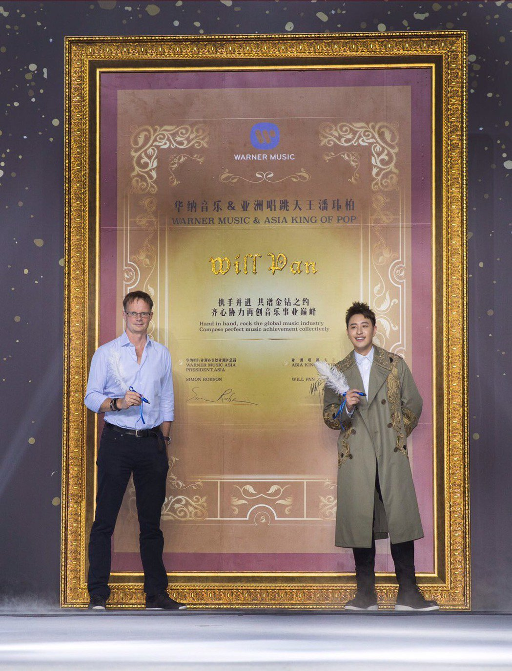 華納亞洲辦事處亞洲區總裁Simon Robson(左)與潘瑋柏。 圖/華納音樂提...