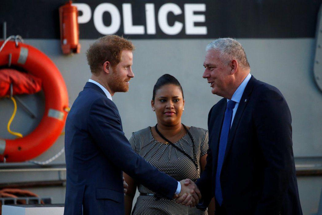 熱愛賽馬的英國哈利王子(左),在去年11月底也不遠千里與聖露西亞總理切斯特尼(右...