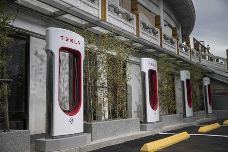 刺激買氣 Tesla推出超級充電站免費使用新方案!