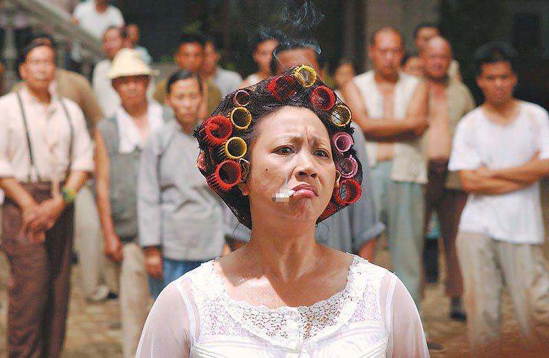 元秋在《功夫》中包租婆角色大紅。 ※ 提醒您:抽菸,有礙健康 圖/博偉提供