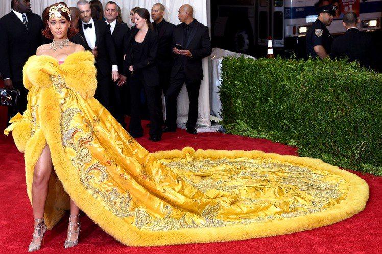 蕾哈娜曾穿上中國新銳設計師的作品,驚艷全場。圖/擷自pinterest