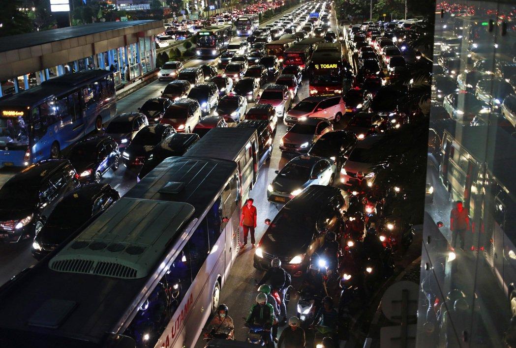 面對生活空間不斷「縮水」,「汽車小型化」成為汽車發展無可避免的趨勢。 圖/美...