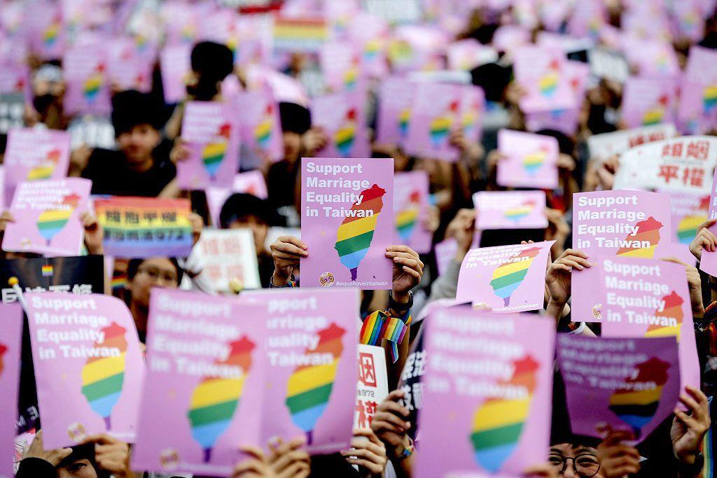 5月24日同婚釋憲結果宣布。大法官判定現行民法有關婚姻規定,使同性戀族群不能跟異...
