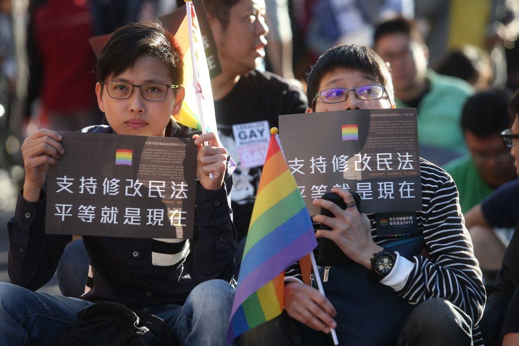 現行民法到底有沒有限制同性戀者不得結婚呢?大法官爬梳民法第972條規定,明定「婚...