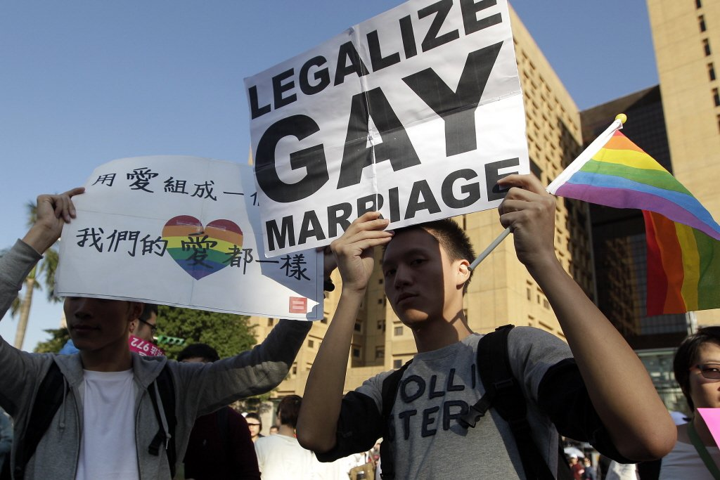 限制同性婚的目的,必須是「重要」公共利益,限制的手段也要能充分達成目的才行。而現...