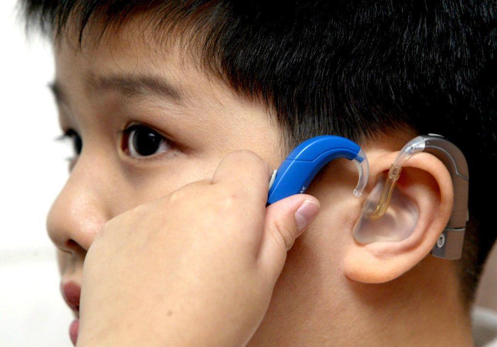 助聽器跟電子耳的原理與效果都不同。助聽器是把聲音放大,但沒有辦法協助使用者辨任聲...