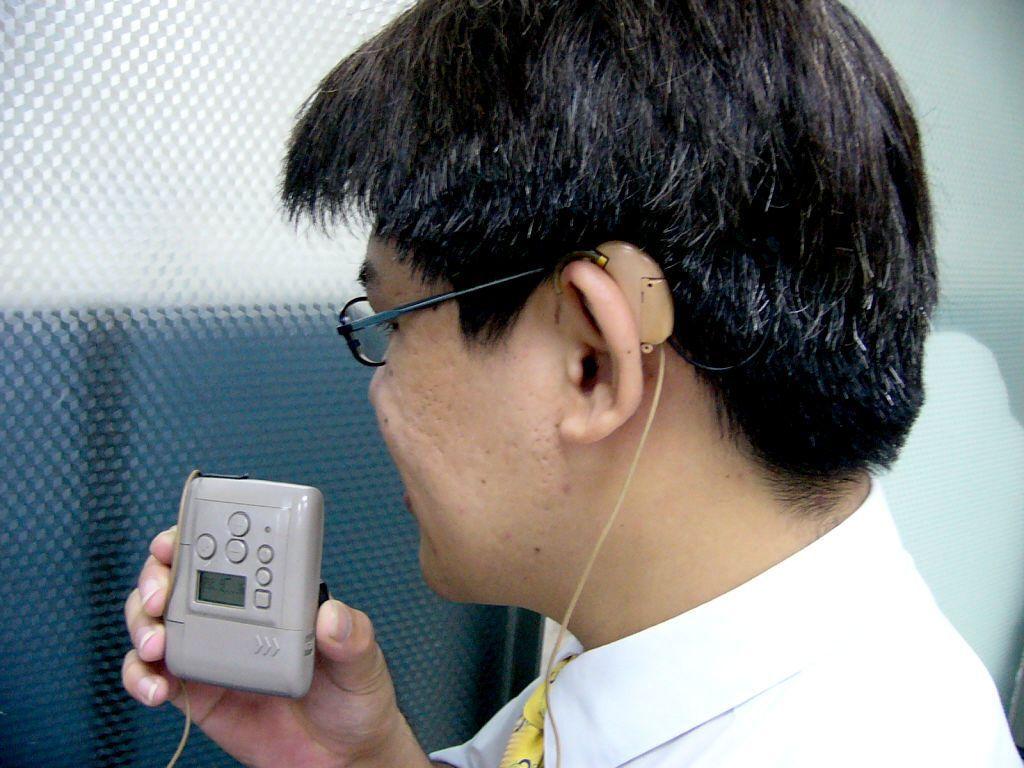 電子耳的原理是將「電極束」植入人體(耳蝸),並在外部配戴麥克風,麥克風收到聲音後...