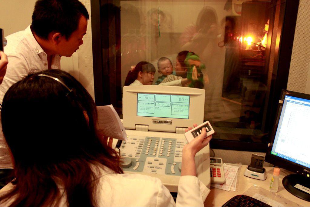 電子耳植入術後一個月等待傷口穩定後,會進行「開頻」,調整植入電極的電流圖,讓患者...
