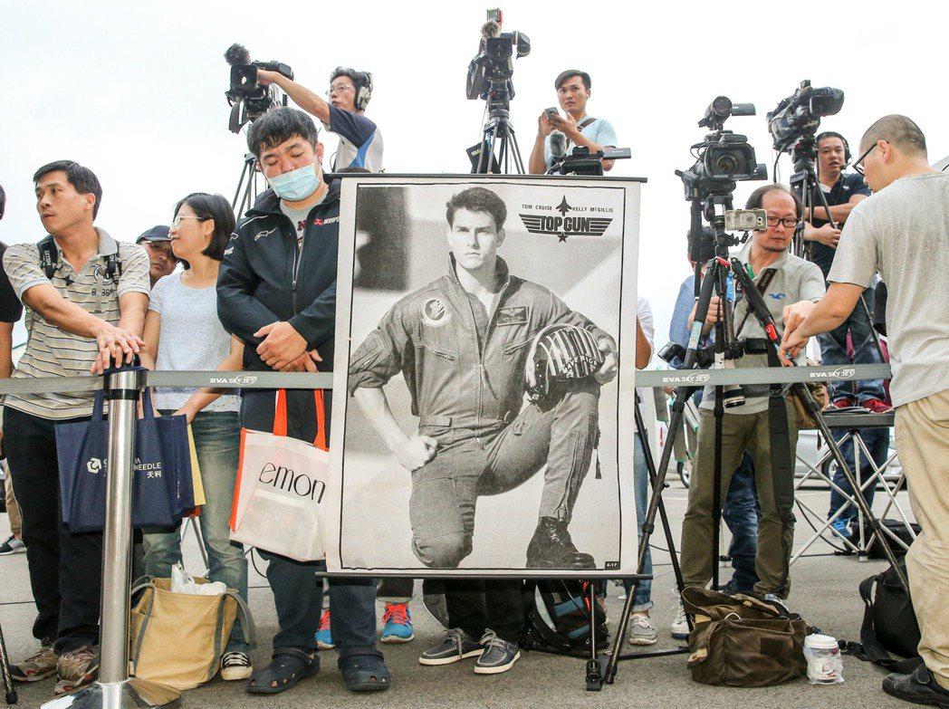 熱情粉絲帶著湯姆克魯斯的海報來接機。記者鄭清元/攝影