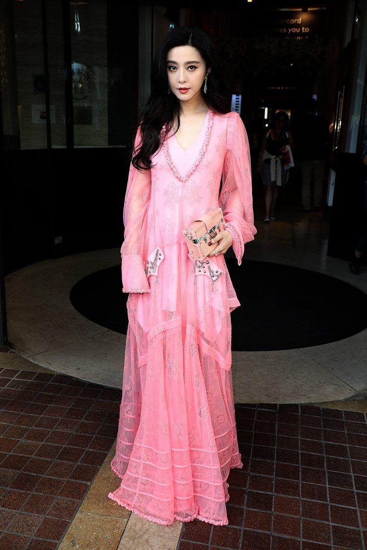 范冰冰身穿粉紅色蕾絲特別訂製服,超浪漫。圖/LV提供