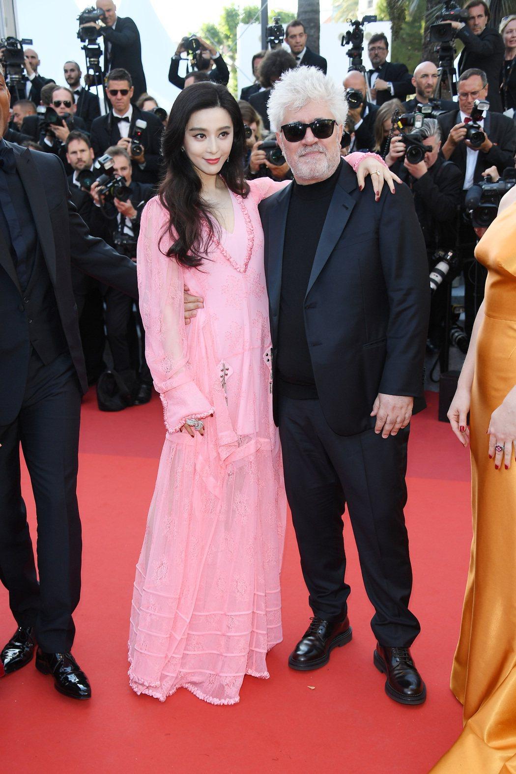 范冰冰身穿路易威登粉紅蕾絲訂製服和評審團主席阿莫多瓦在坎城合影。圖/LV提供
