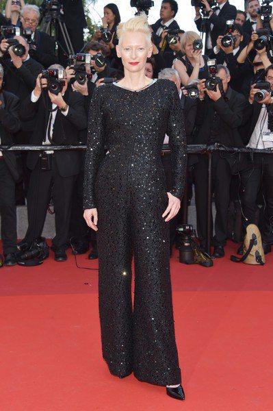 蒂妲史雲頓本屆為了入選競賽片的南韓導演作品《玉子》現身坎城,在選穿香奈兒2017...