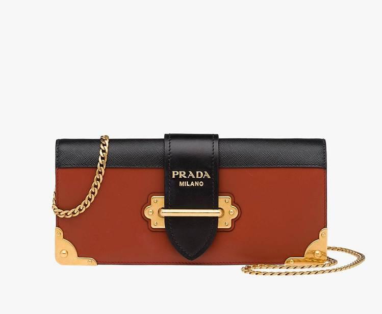 PRADA Cahier金屬鑲邊包,76,500元。圖/PRADA提供