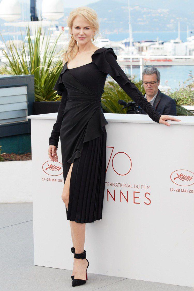 女星妮可基嫚穿著Versace 2017秋冬女裝系列。圖/Versace提供