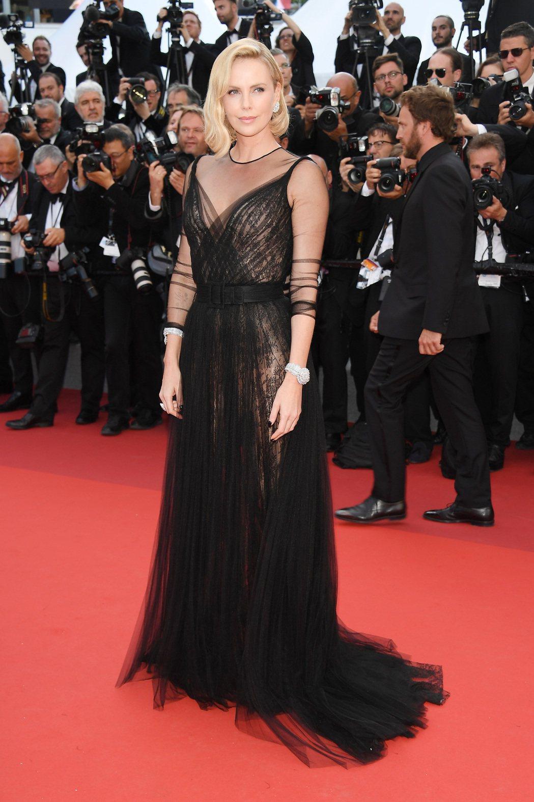 最近現身都是一身黑的莎莉賽隆,選穿華麗性感的DIOR黑色禮服。圖/DIOR提供