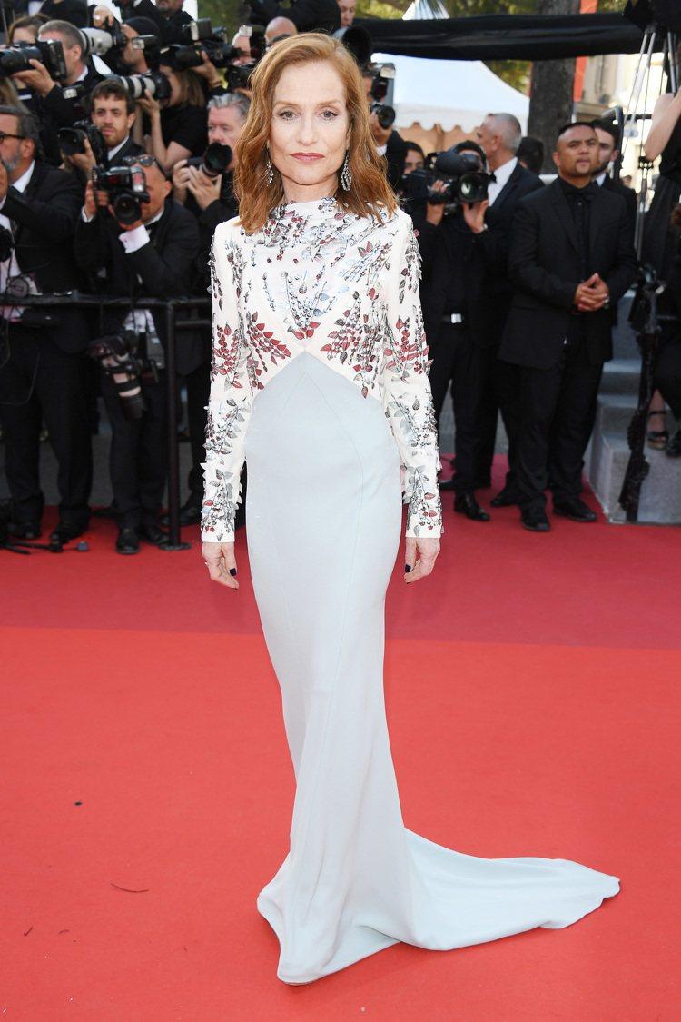 伊莎貝雨蓓穿著雍容而細緻的路易威登訂製絲質刺繡洋裝。圖/LV提供