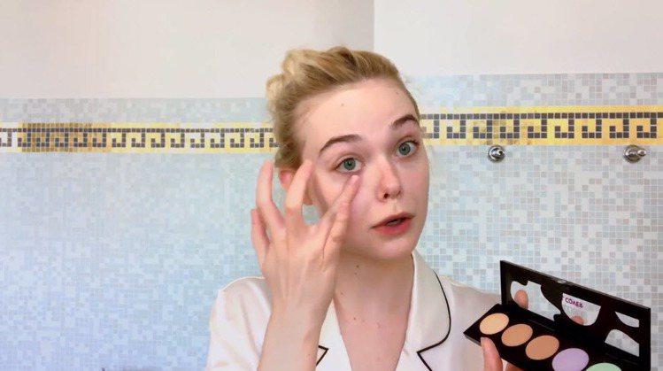 艾兒芬妮示範簡單遮瑕就能修飾臉上小缺點。圖/翻攝自VOGUE臉書