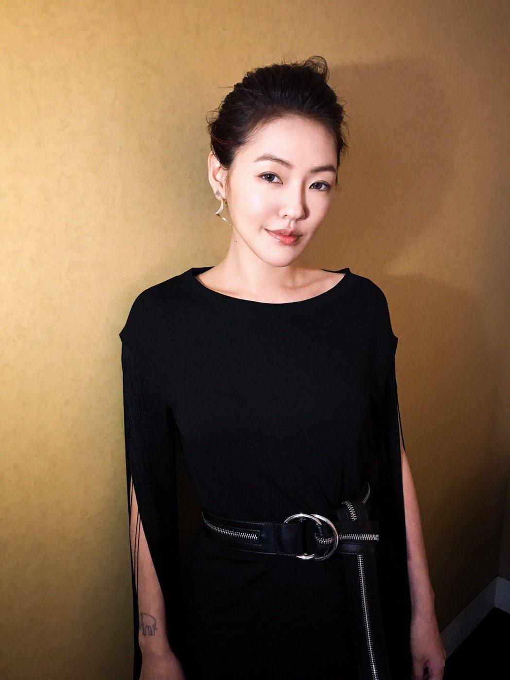 小S穿黑色流蘇垂墜裙裝,動感迷人。圖/MICHAEL KORS提供