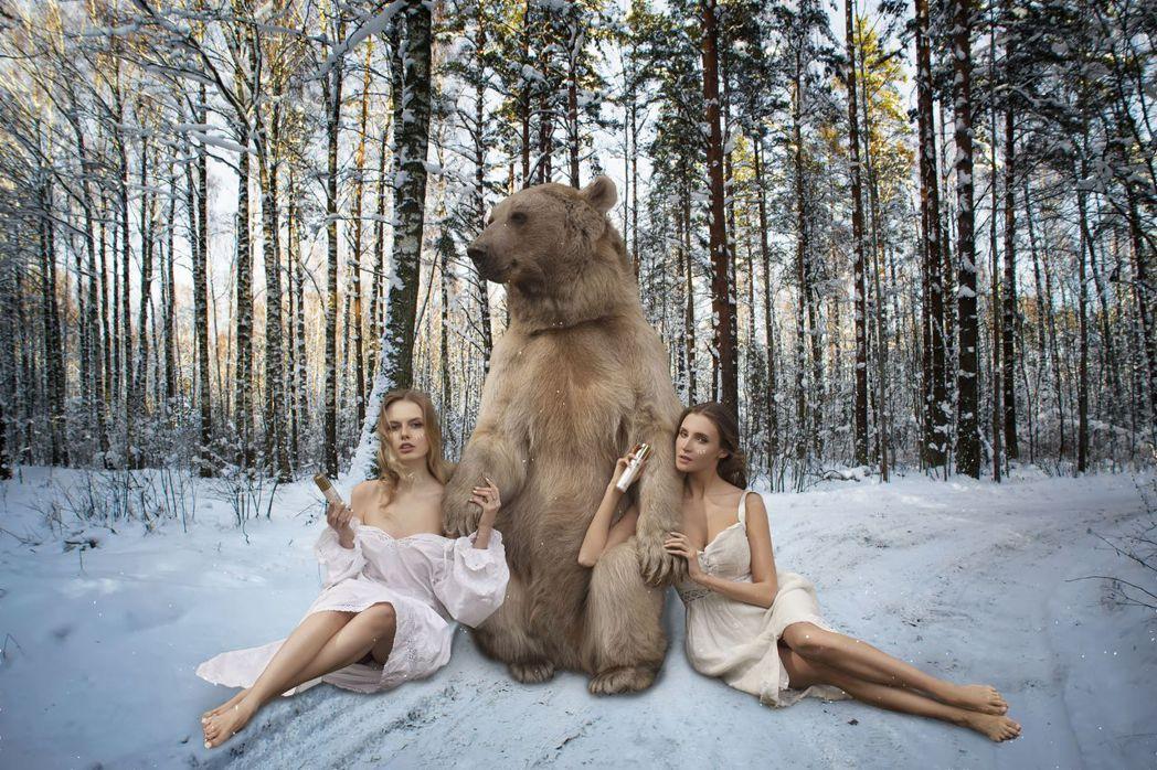 張庭找來美女為她的產品拍攝美女與野獸的特殊照片。圖/張庭提供