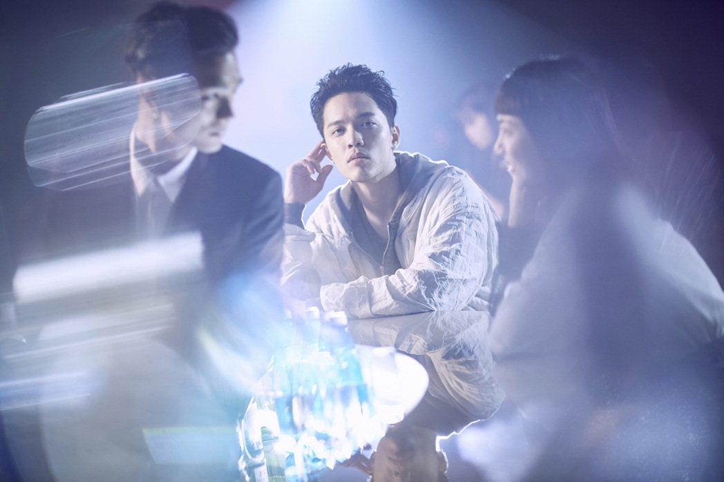 J.Sheon新歌「啵啦」改穿西裝造型亮相。圖/索尼提供