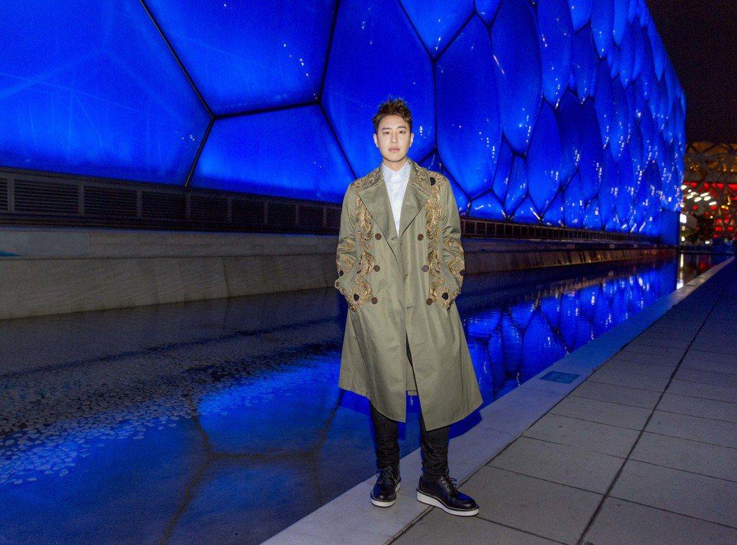 潘瑋柏24日盛裝出席北京水立方簽約記者會。圖/華納音樂提供