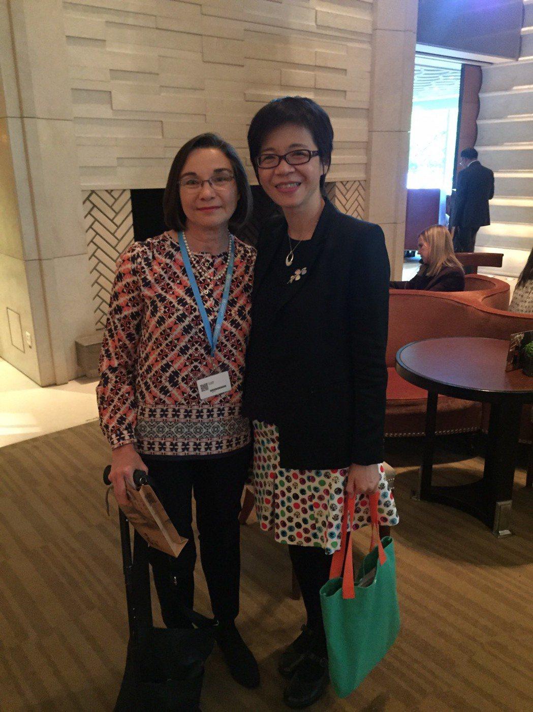 照護司長蔡淑鳳(右)與國際失智症聯盟創會理事長凱特(左)。 圖/衛福部提供