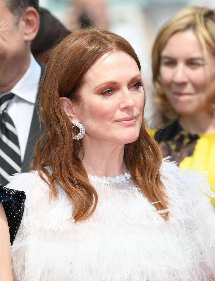 茱莉安摩爾以香奈兒羽毛裝搭配蕭邦頂級珠寶系列,造型也如羽翼的18K白金鑲嵌14....