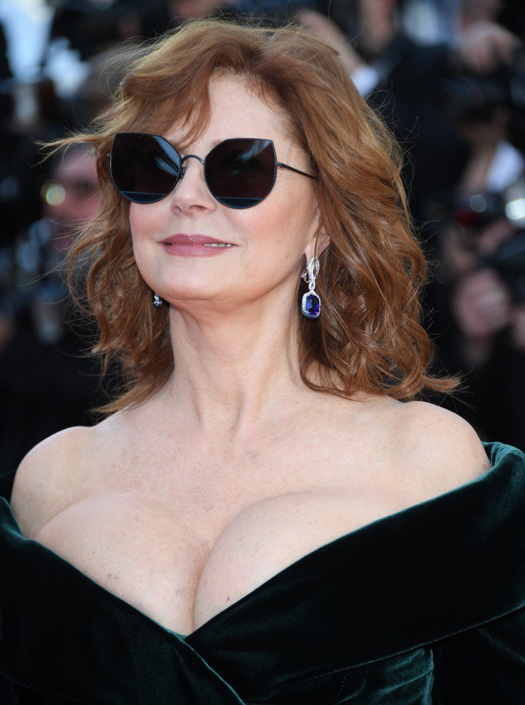 蘇珊莎蘭登配戴蕭邦頂級珠寶系列18K白金鑲嵌枕型切割31.61克拉鑽石耳環。圖/...