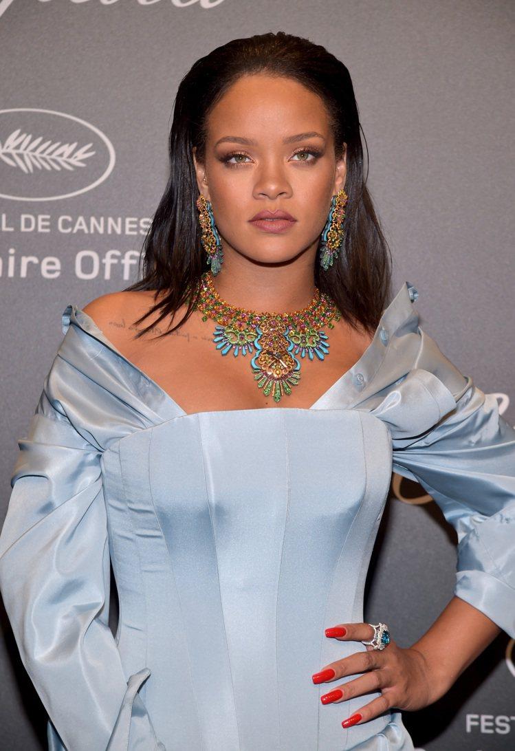 蕾哈娜於坎城影展期間,出席蕭邦舉辦的Space party,配戴她與品牌聯名設計...