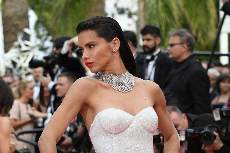 巴西超模阿德瑞娜利瑪,配戴蕭邦頂級珠寶系列18K白金鑲嵌梨形切割163.85克拉...
