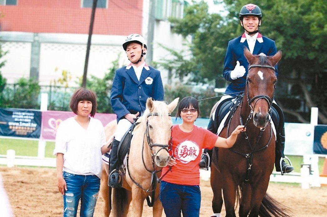 重度腦麻患者姜炫佑(左二),享受騎馬樂趣。 記者郭宣彣/攝影
