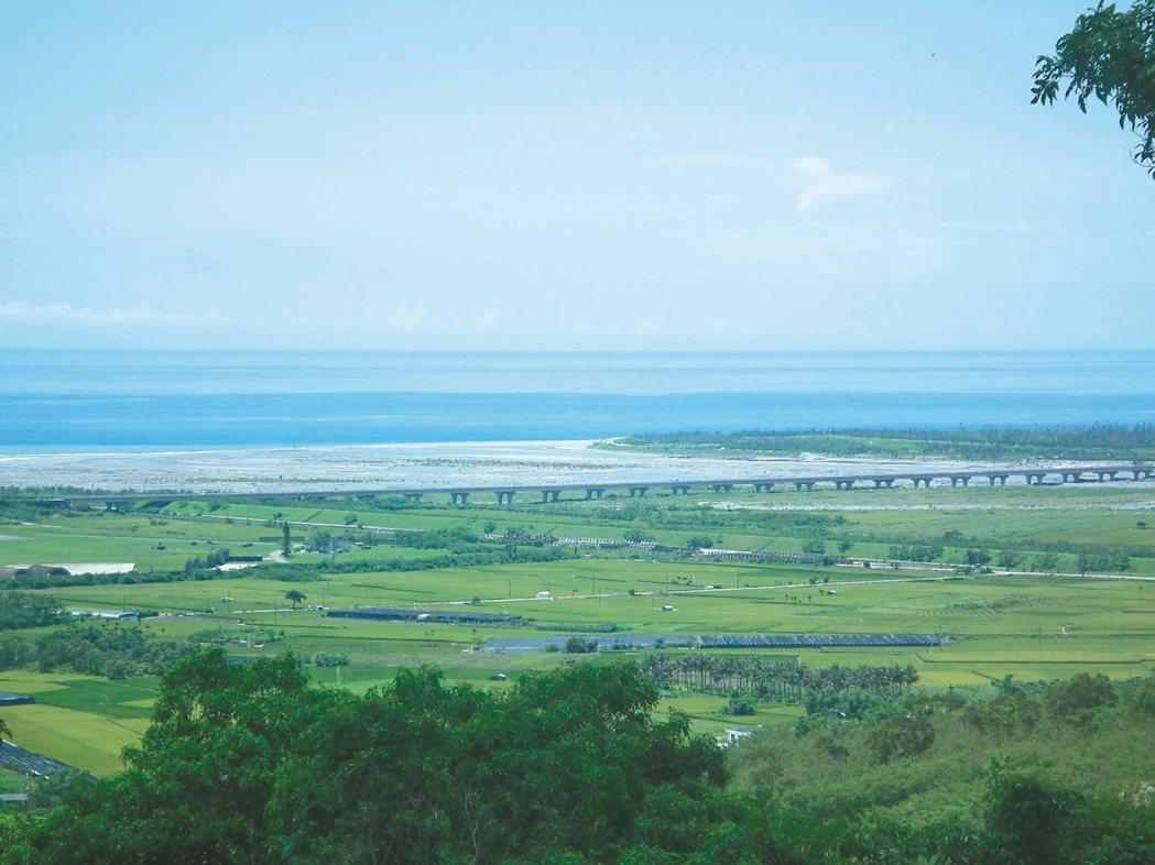 台東197縣道志航基地後山,可以遠眺卑南溪出海口,視野遼闊。 記者尤聰光/攝影