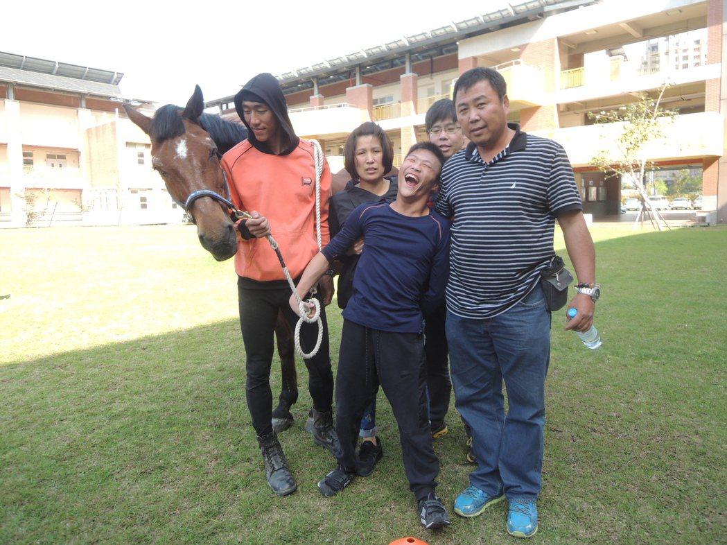 重度腦麻患者姜炫佑(右二),享受騎馬樂趣。 記者郭宣彣/攝影