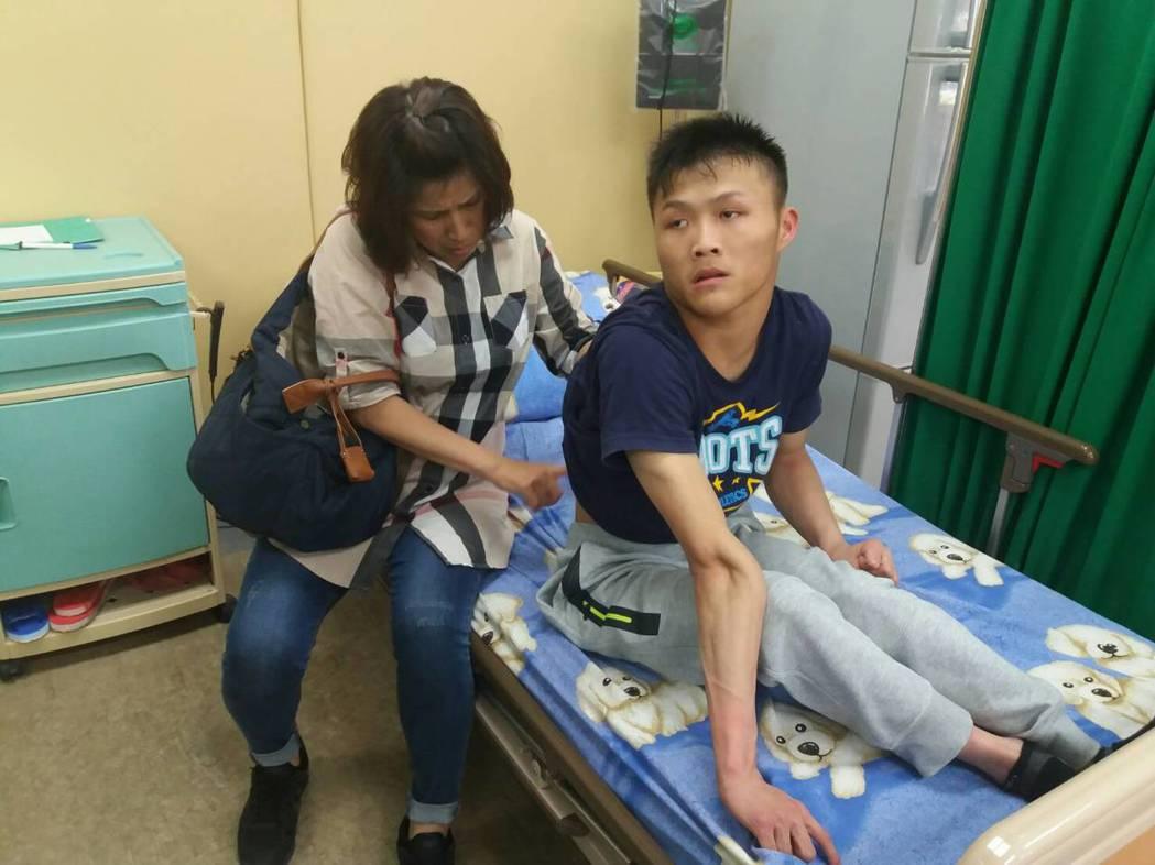 重度腦麻患者姜炫佑(右),在母親駱明珍(左)細心照料陪同復健,走動沒問題。 記者...