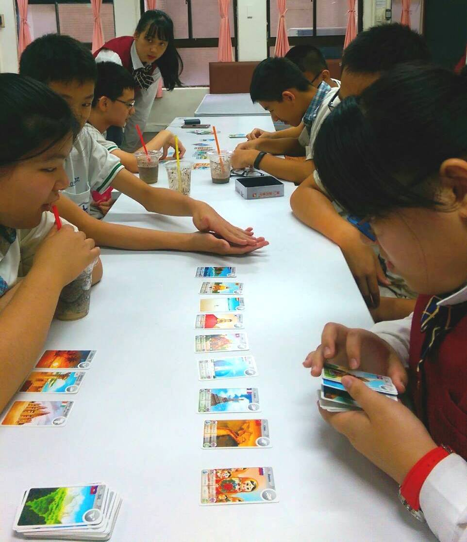 北市金甌女中昨邀100多名國三生到校體驗課程,圖為觀光科設計的桌遊,紙牌上面印有...