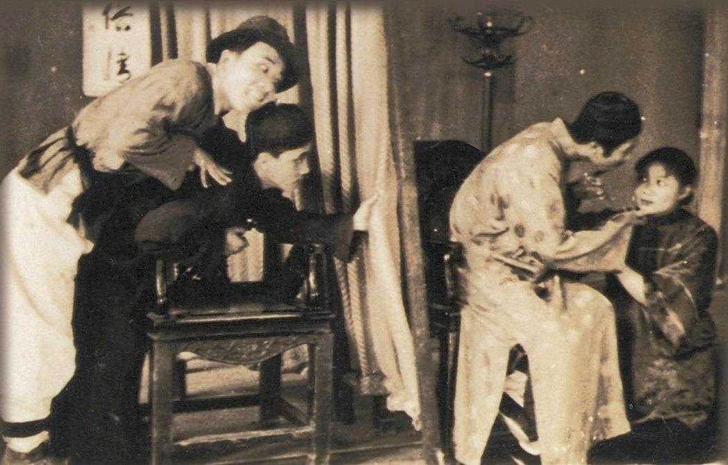 師院戲劇之友社演出李行導演、李健吾編劇的《以身作則》,金娃(左一)由馬驥伸飾演、...