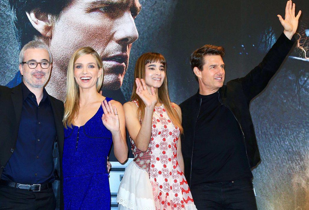 巨星湯姆克魯斯(右起)、蘇菲亞波提拉、安娜貝爾瓦莉絲、導演艾力克斯寇茲曼出席「神...