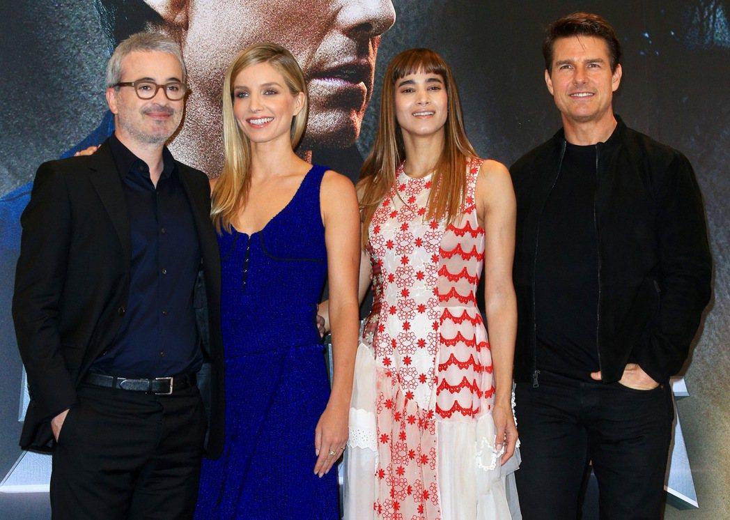 湯姆克魯斯(右起)、蘇菲亞波提拉、安娜貝爾瓦莉絲、艾力克斯寇茲曼出席《神鬼傳奇》...